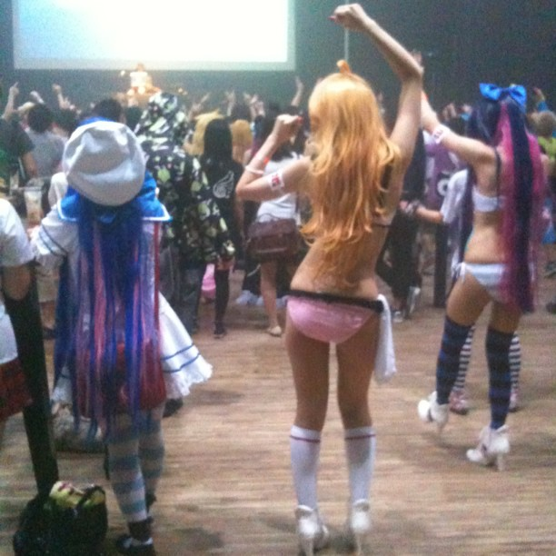 Japon, le seul pays où l'on peut aller en boite en lingerie sans avoir d'emmerdes… ;-)