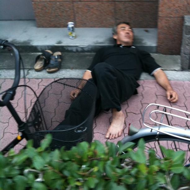 Je découvre les quartiers pauvres du Nord de Tokyo… Où l'on fait la sieste sur le trottoir…