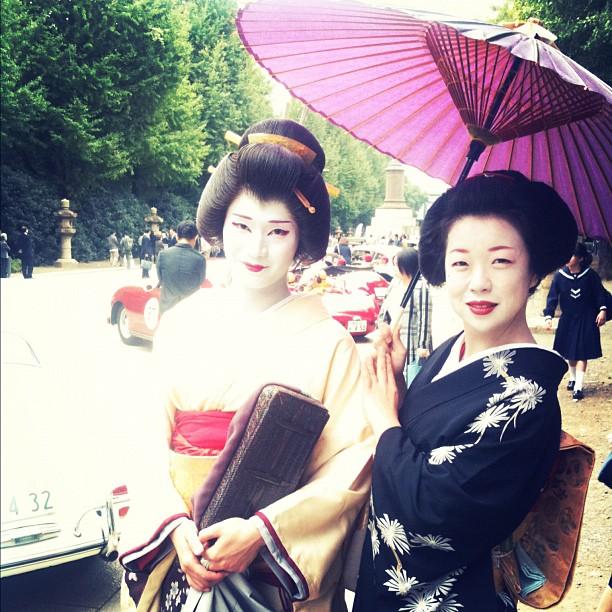 C'est rare de croiser des Geisha à Tokyo (pas comme à Kyoto cc @Daniel_VLJ )! Là c'était pendant un rallye auto au Yasukuni