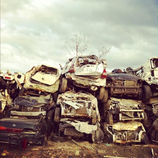 Demain on interview un pêcheur qui a vu ces véhicules emportés par le tsunami…