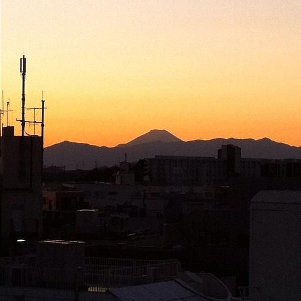 Couché de soleil derrière le Fuji vu de la station de train.