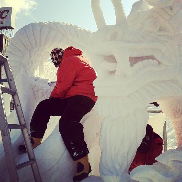 L'équipe de Hong Kong en plein travail sur leur sculpture qui remporte le premier prix du festival des neiges de Sapporo !