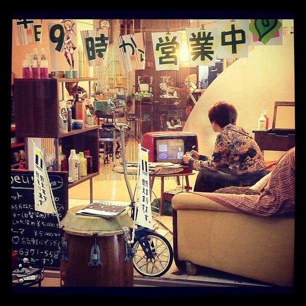 Chez un coiffeur à Osaka, pour patienter on peut jouer à la Super Famicom sur un écran des années 60 ! Ça vous tente ?