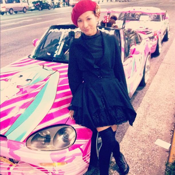 Arisu chan est une artiste qui peint sur la carrosserie des voitures d'Otaku !