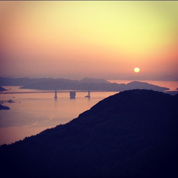 Coucher de soleil sur l'île de Shikoku avec le pont Seto Ohashi au loin