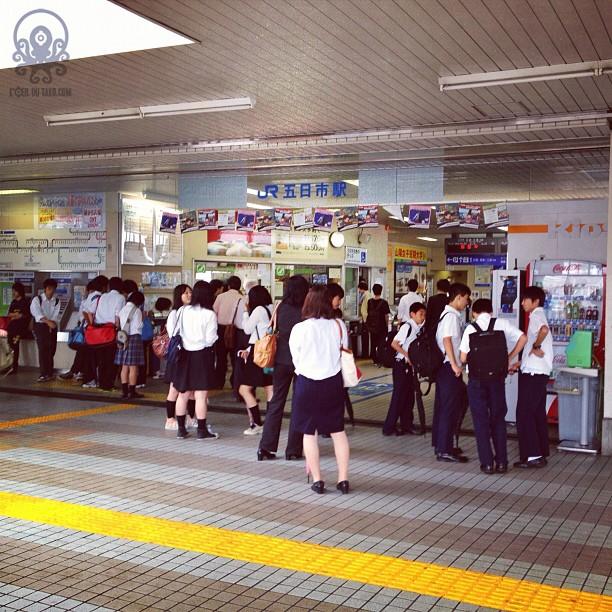 Le déluge qui s'est abattu sur Hiroshima jusqu'à 8h30 a eu raison du système ferroviaire. Les trains sont en vrac… Et le pauvre tanuki- garou @tanukitsuneko va devoir patienter pour commencer son Hiroshima Safari