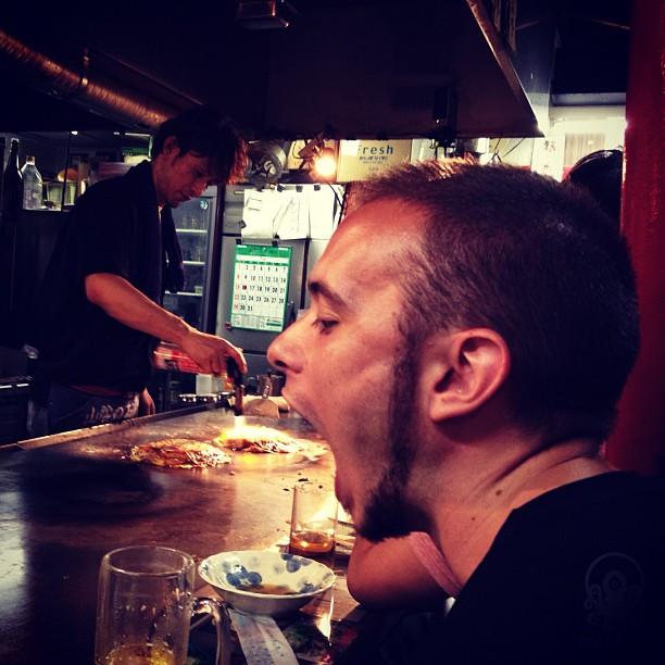 Fin de la 1ere journée du safari survivor avec @tanukitsuneko qui s'apprête à manger le meilleur okonomiyaki de sa vie :D Après un suppo et au lit