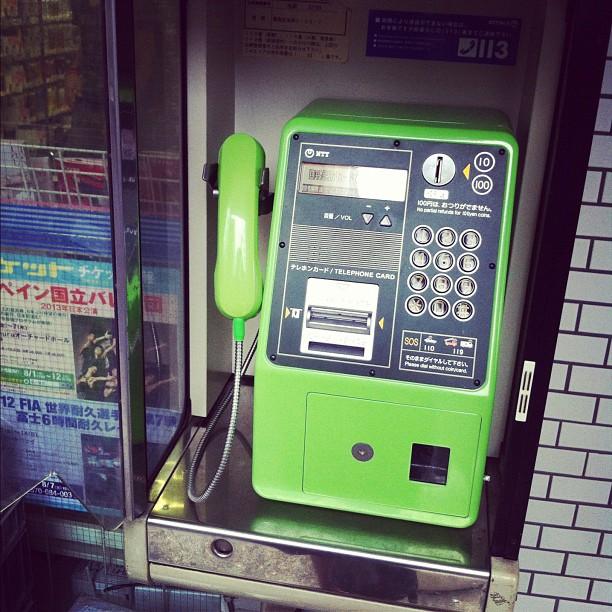 Ça me paraît dingue, mais beaucoup de voyageurs au Japon ne savent pas que l'on peut utiliser des cabines à pièces pour téléphoner ici ! Il y en a partout !