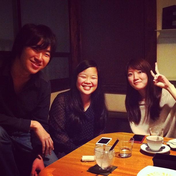 Kishin San (pianiste étudiant en France), Haruka chan et Saika chan (bientôt en France ?) prenant un p'tit café entre amis