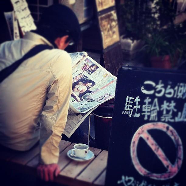 Le matin le japonais fait comme tout le monde : prend un p'tit café et lit les news… humhum…