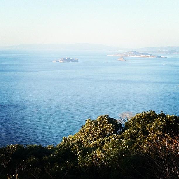 L'île de Gunkanjima au loin sur l'océan