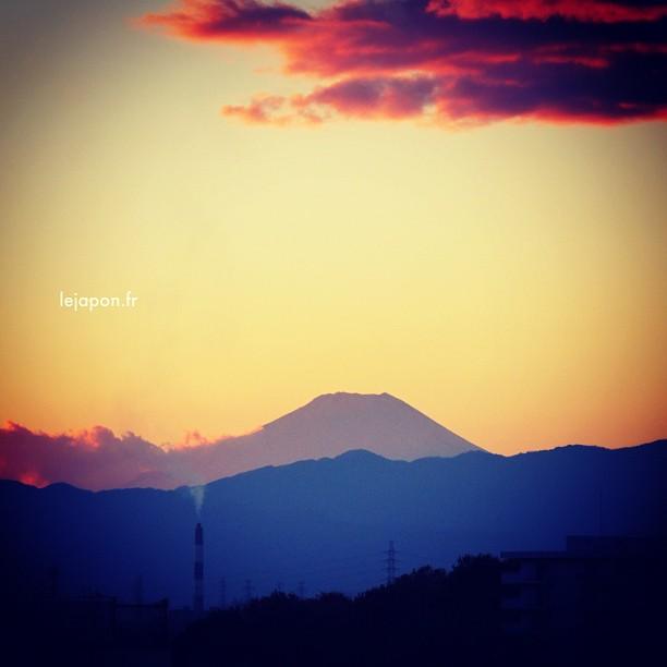#fujireport : joli aussi le Fuji ce soir vu de Yokohama ! Non ?