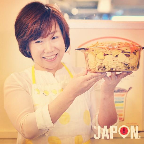 Je suis en plein shooting pro d'un cours de cuisine avec Toneri Sensei ! Seul homme au milieu de plein de japonaises :)