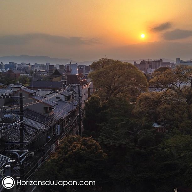 Le soleil de couche sur Kyoto
