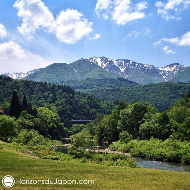 Il reste encore de la neige sur les montagnes de Gifu