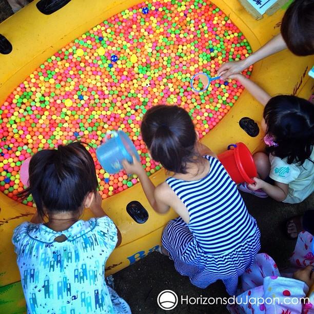 Les enfants à la fête pendant les Matsuri d'été