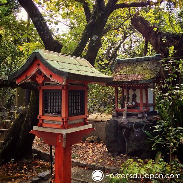 J'aime beaucoup ces petites touches shintô qui agrémentent les temples bouddhistes