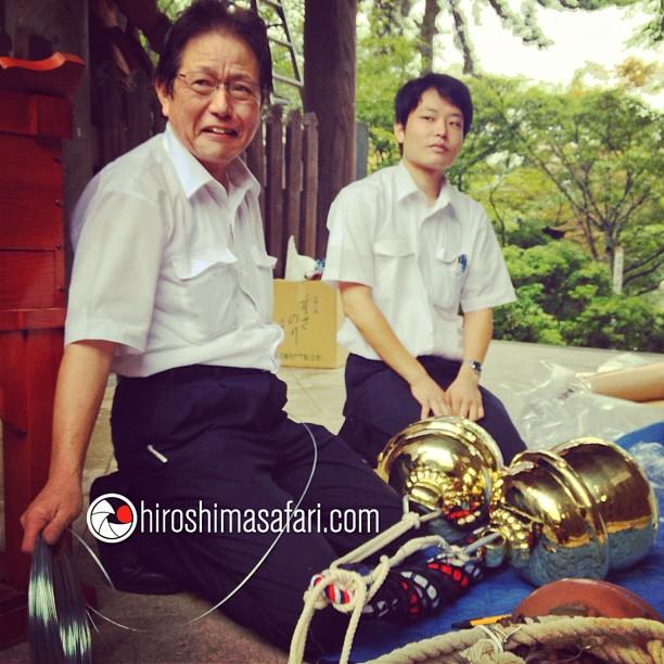 De nouveaux grelots offerts au temple Dashoi-in sur Miyajima sont installés à l'entrée.