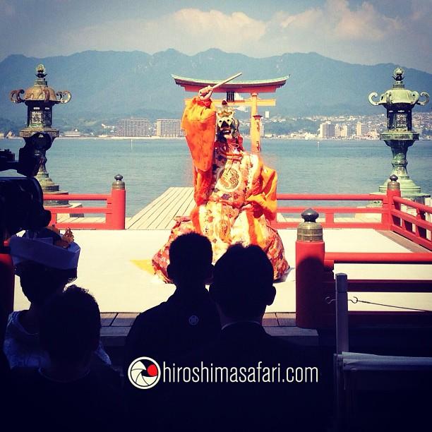 Danse Bugaku sur le sanctuaire d'Itsukushima. Il y a pire pour commencer une journée.