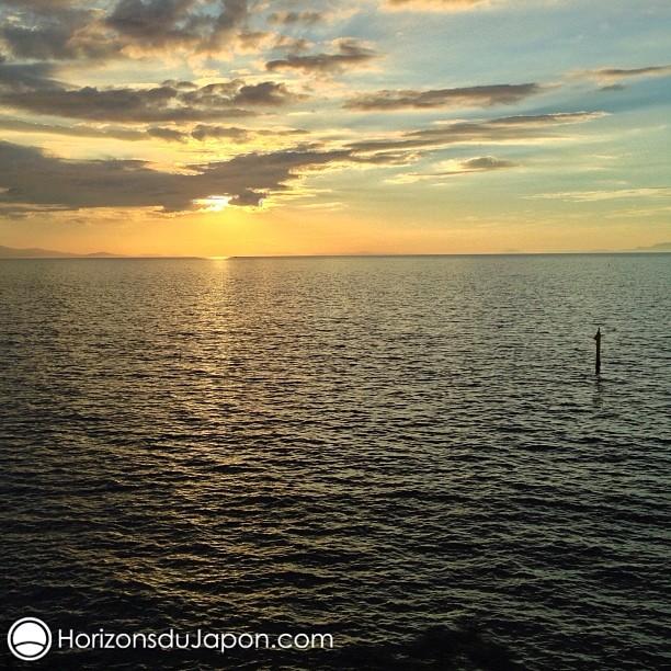 Le soleil de couche dans la mer intérieure du Japon