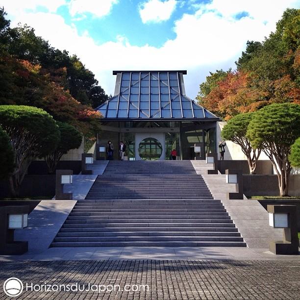 L'entrée du Musée Miho qui rappelle la silhouette des fermes au toit de chaume