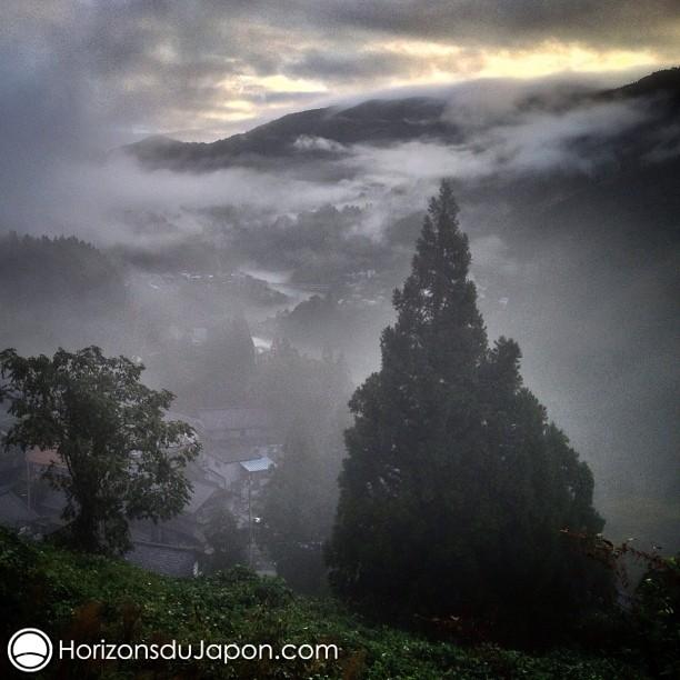 Brume matinale dans la région de Gokayama