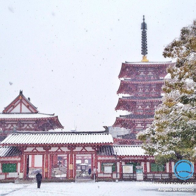 Temple bouddhiste sous la neige à Osaka