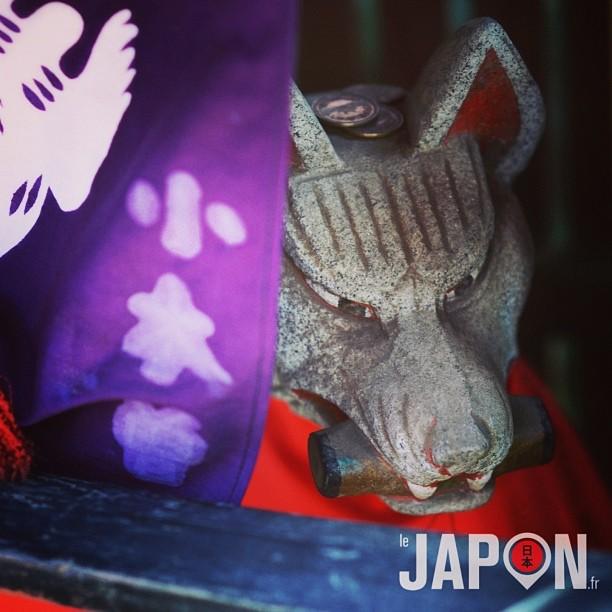 Sanctuaire dédié au dieu Inari (renard messager des dieux et dieux du commerce) en plein Tokyo