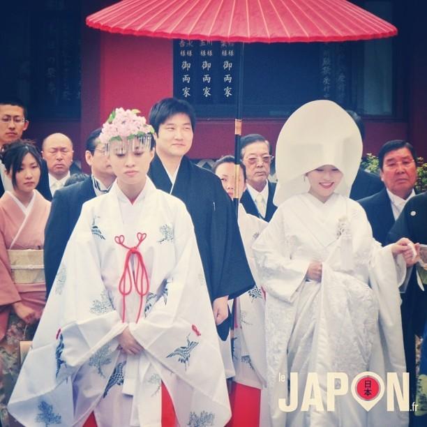 Mariage traditionnel japonais. Les mariés ont le sourire, c'est déjà ça ;)