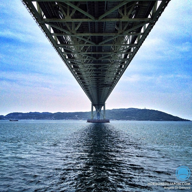 Sous l'impressionnant pont Akashi Kaikyo