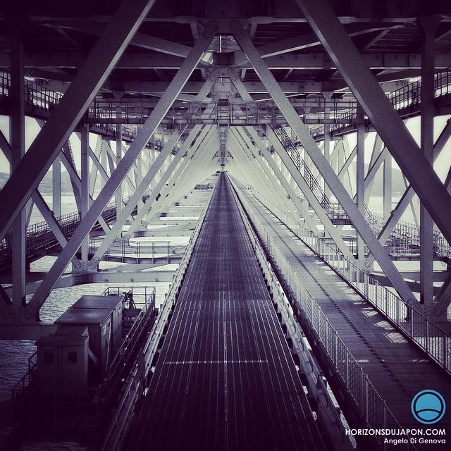 Dans le corps de métal du pont Akashi Kaikyo