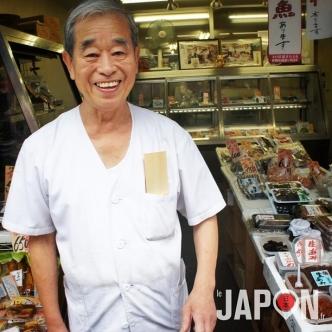 Shibasaki San ressemble à un acteur et s'avère très généreux pour faire déguster ses sauterelles grillées ! :D