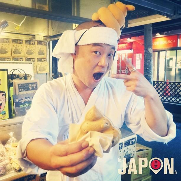 Un vendeur de caca qui se mange ! Oui oui, vous avez bien lu :) #tokyosafari #cooljapan
