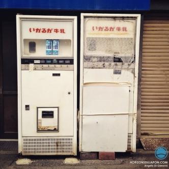Japon, pays des robots et du futur, invente le distributeur automatique dernier cri de briques de lait