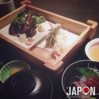 Menu tempura, steak wagyu & sashimi (1400¥) pour moi, et vous ? Bon appétit !