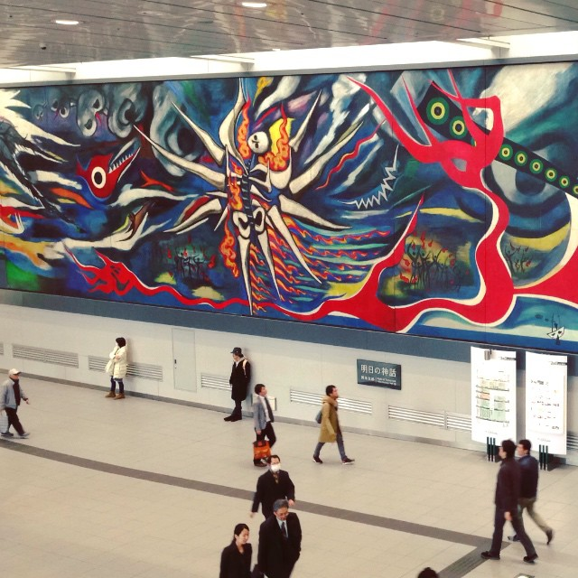 """Myth of Tomorrow"" (Asu no Shinwa) œuvre de Taro Okamoto dans la station de Shibuya. Hommage aux victimes de la bombe nucléaire à Hiroshima."