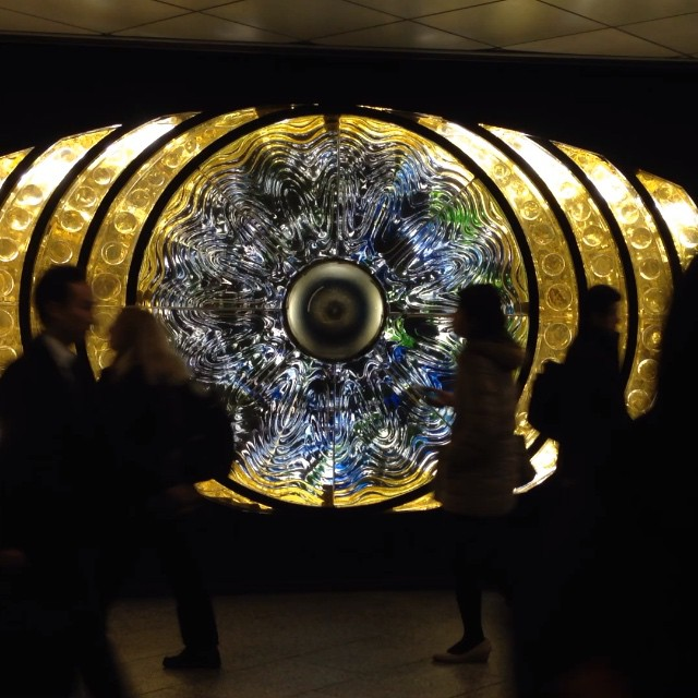 L'Oeil de Shinjuku de Yoshiko Miyashita, réalisé en 1969 dans les couloirs de la gare de Shinjuku. Il était éteint depuis le tsunami de 2011…