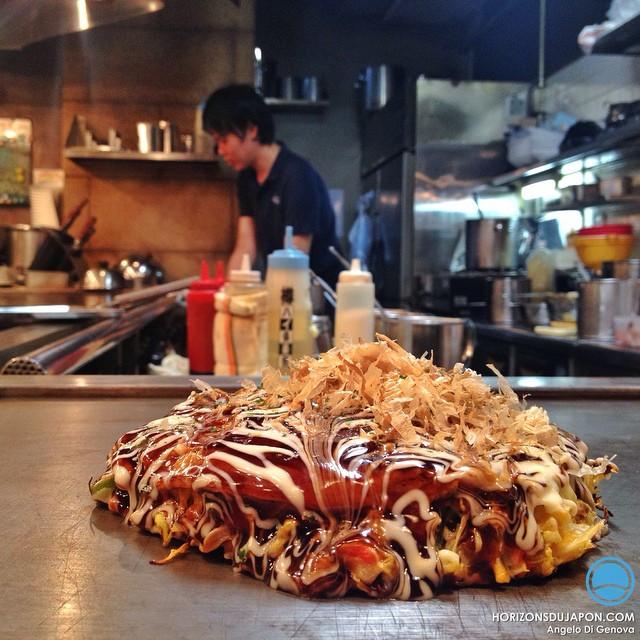 Mange un très bon okomiyaki ce soir en discutant avec le cuistot. Un jeune de Nagoya venu apprendre à faire de l'Okonomiyaki pour ouvrir son propre resto à Nagoya. Il m'explique : – Quand je retourne à Osaka mon père me dit à chaque fois : «alors tu repars à l'étranger ?» Osaka c'est pas pareil. Au pays de l'uniformisation c'est l'exception qui confirme la règle :)