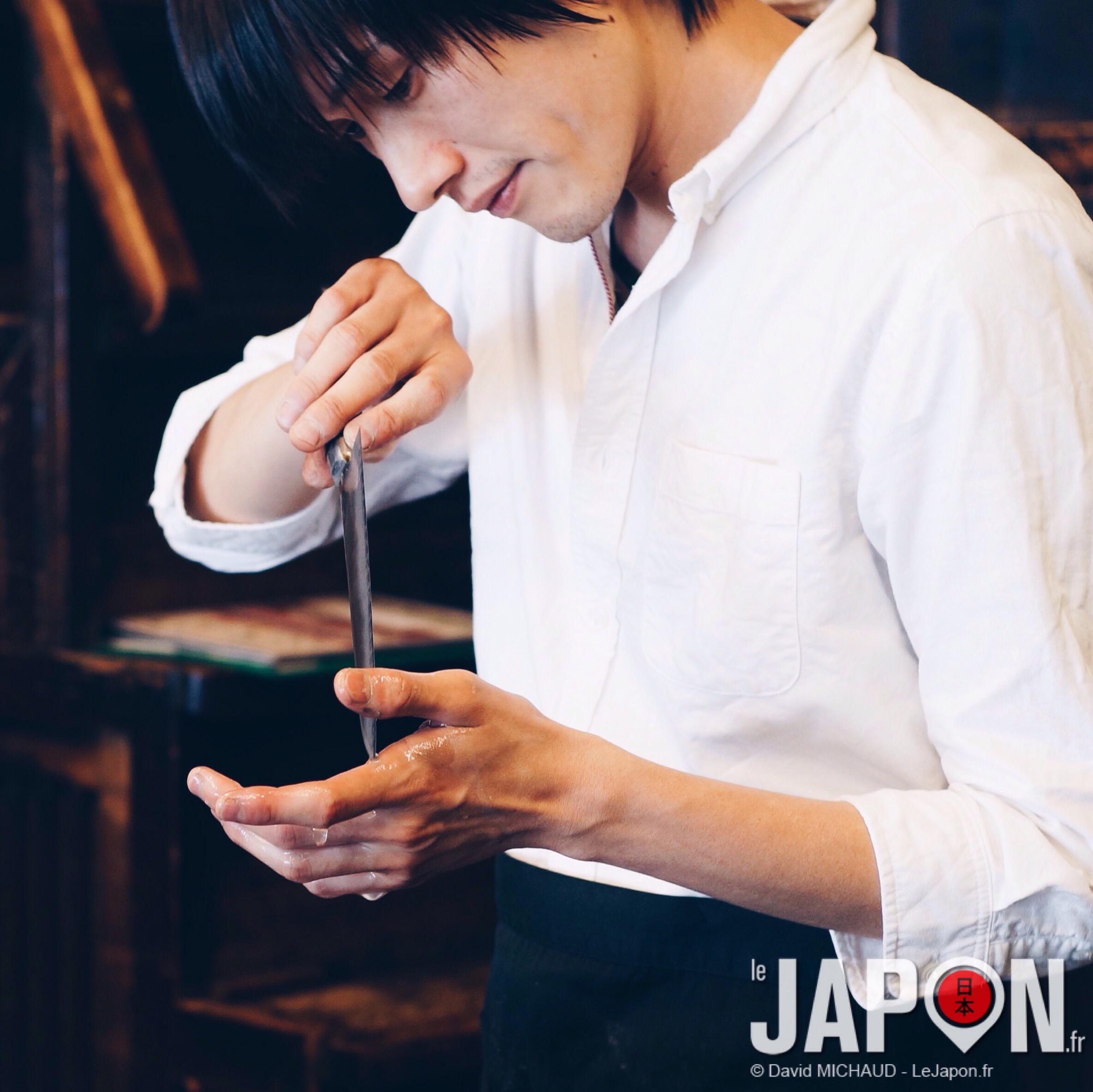 Un beau gosse amateur de lames bien affûtées… On croirait un héros de Shojo Manga