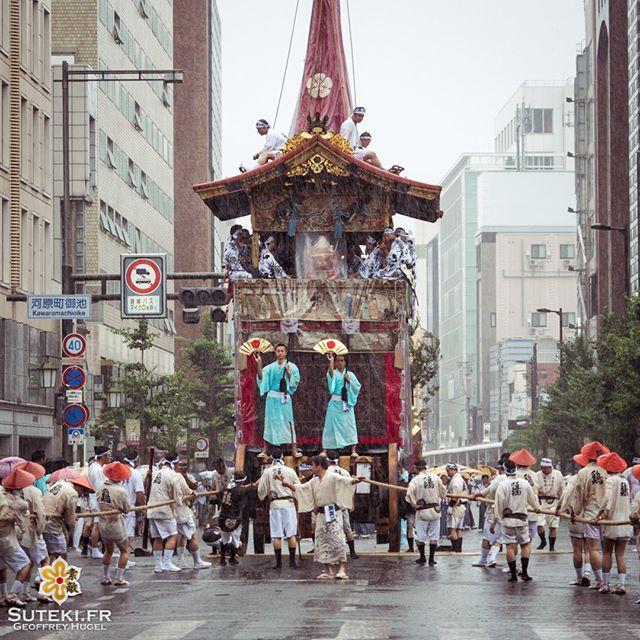Le défilé de chars du Gion Matsuri sous le déluge.