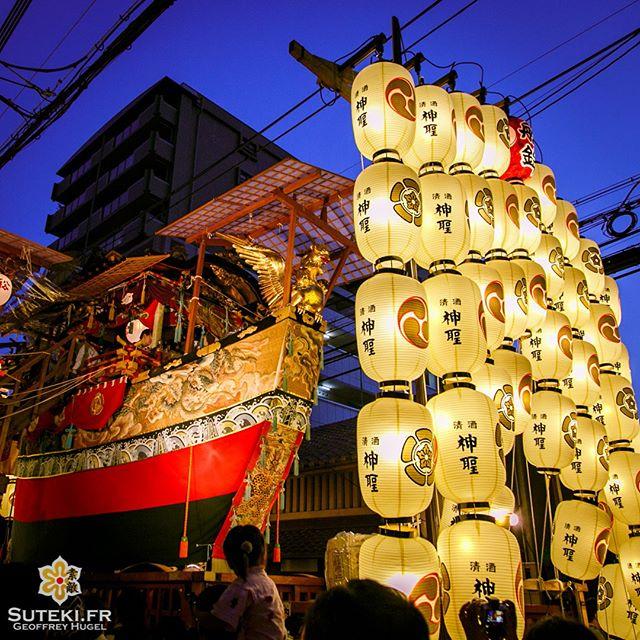 Lors des 3 nuits de Yoiyama précédant le défilé de chars du Gion Matsuri, il est possible de les admirer de très près !