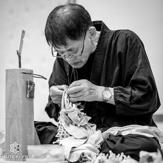 Un artisan de shibori, une technique de teinture japonaise