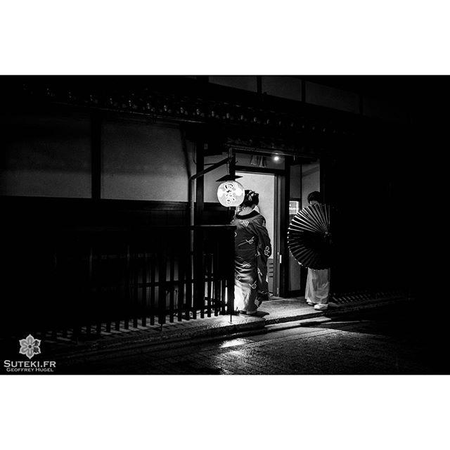 Une maiko arrivant a l'un de ses rendez-vous du soir #japon #kyoto