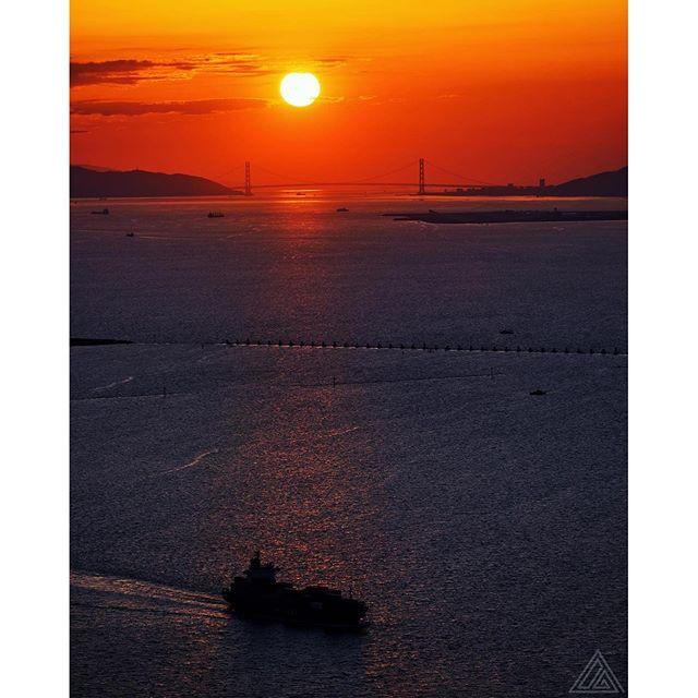 Soleil couchant du 12 mars dans la baie d'Osaka, avec à l'horizon le superbe pont Akashi Kaikyo !