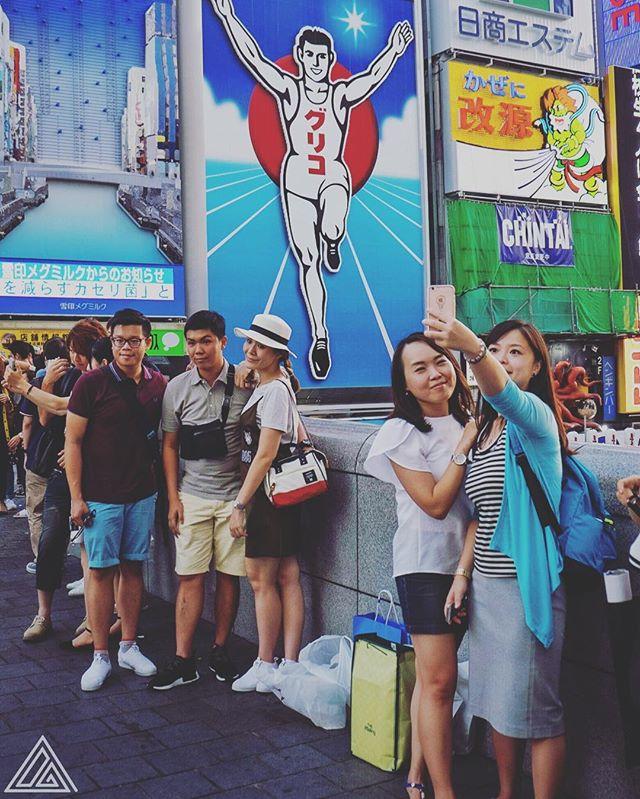 Tout le monde veut se prendre en photo devant le panneau Glico à Osaka !