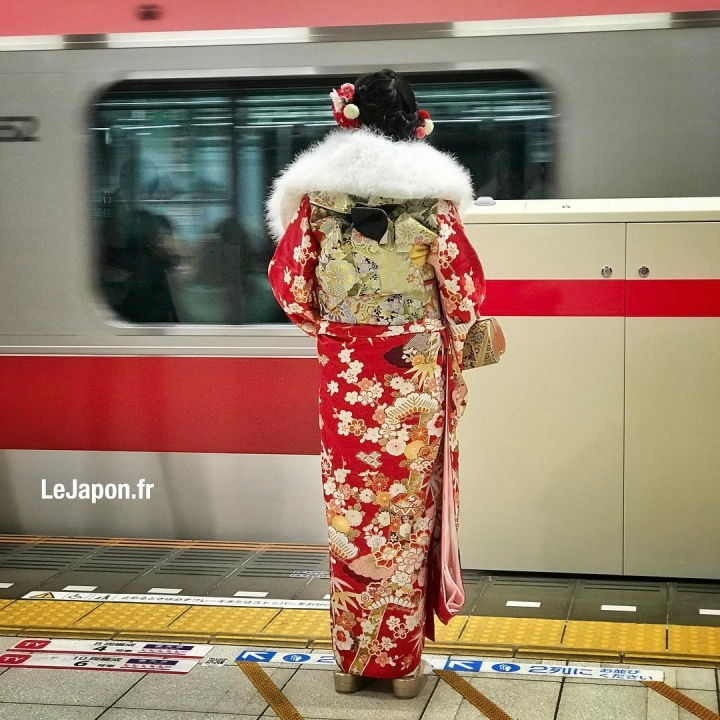 Le train passe version kimono de Seijin Shiki (cérémonie pour le passage à la majorité) 