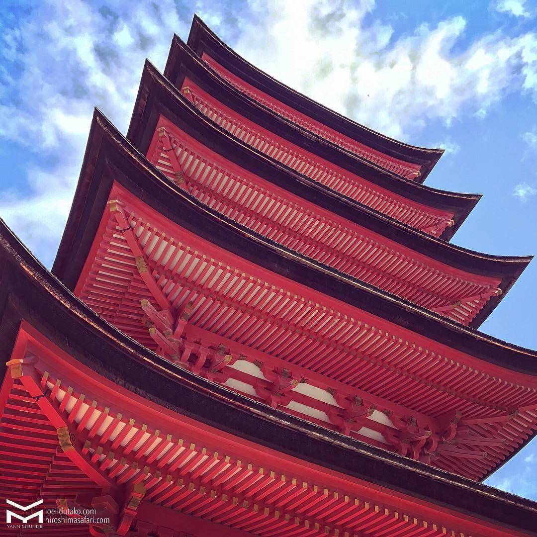 Une pagode rouge cinabre sur fond de ciel céruléen et hop !