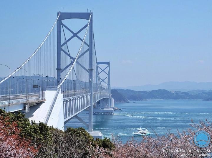 Le pont de Naruto au dessus de la mer avant que les tourbillons n'apparaissent