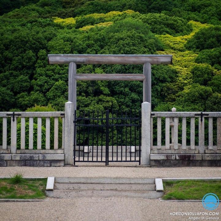 Il y a dans la préfecture d'Osaka un des lieux les plus sacrés pour le shintoïsme et la famille impériale. Mais les lieux les importants ne sont finalement que rarement prisés des voyageurs étrangers.  Il y a des raisons à cela mais c'est toujours étonnant de constater que ce qui devient touristique n'est pas forcément proportionnel à l'importance historique.