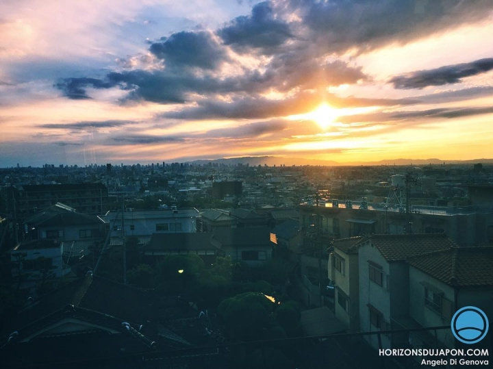 Reflet des rayons du coucher de soleil sur la vitre du train  #iphone #osaka #osakasafari #japonsafari